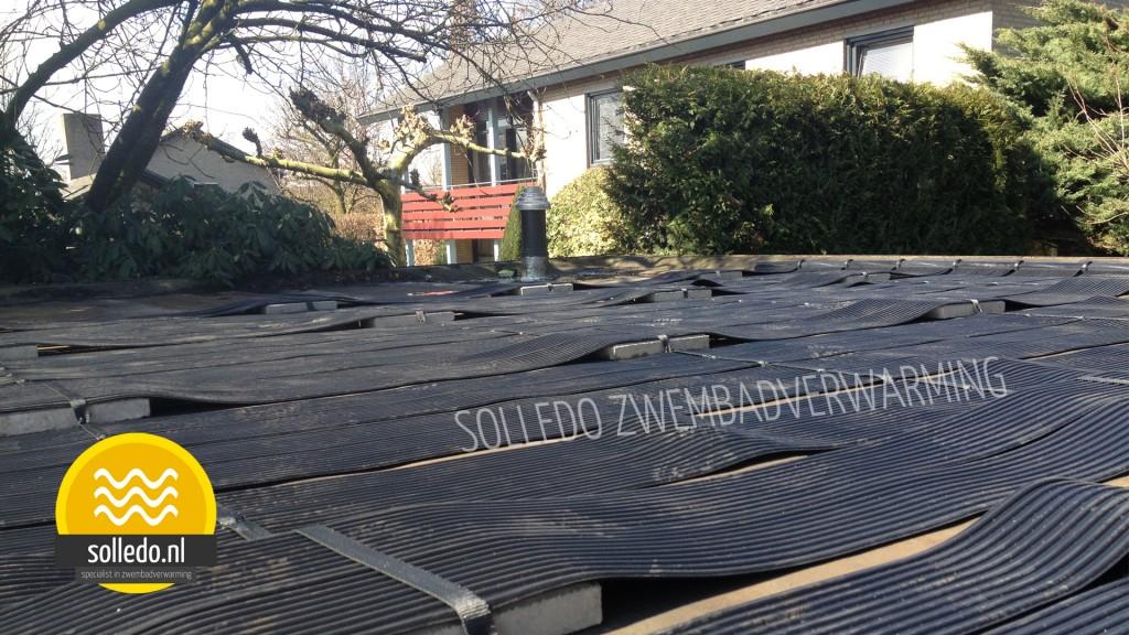 Zwembadverwarming op plat dak bevestigd